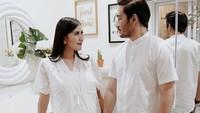 <p>4. Syahnaz Shadiqa dan Jeje Govinda<br /><br />Baju nuansa putih yang dikenakan pasangan Syahnaz dan suaminya Jeje tampak sederhana namun bersahaja. Dress brokat lengan pendek Syahnaz terlihat stylish meski simpel. Sedangkan baju koko putih yang dipakai Jeje memberi kesan santai. (Foto: Instagram @syahnazs)</p>