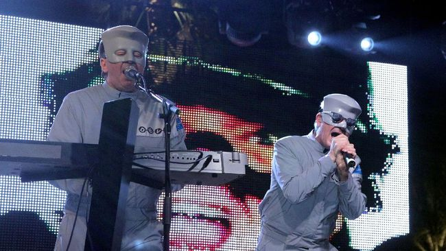 INDIO, CA - APRIL 17: Musician Gerald Casale (L) and Mark Mothersbaugh of the band Devo perform during day two of the Coachella Valley Music & Arts Festival 2010 held at the Empire Polo Club on April 17, 2010 in Indio, California.   Noel Vasquez/Getty Images/AFP