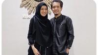 <p>7. Dhini Aminarti dan Dimas Seto<br /><br />Pemilihan warna baju Lebaran tidak mesti warna yang cerah, Bunda. Sebagai contohnya bisa dilihat seperti pakaian yang dikenakan Dhini dan Dimas. Meskiwarnanya gelap, namun memberikan kesan elegan. (Foto: Instagram @dhiniaminarti)</p>