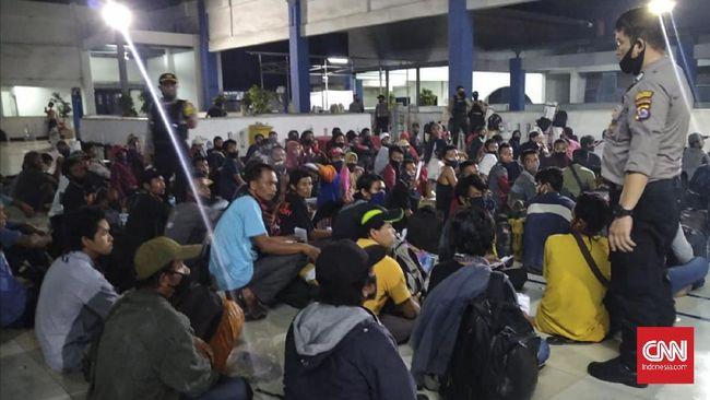 Ketua Satgas Covid-19 Doni Monardo mengungkap ratusan pemudik dari Sumatra hendak ke Jakarta positif Covid. Penyekatan mudik pun diperpanjang.