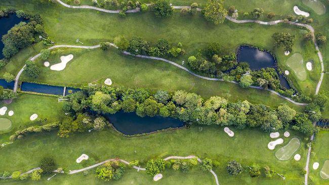 Tak hanya di Jakarta, ada banyak lapangan golf berpemandangan indah dari Bali sampai Bintan.