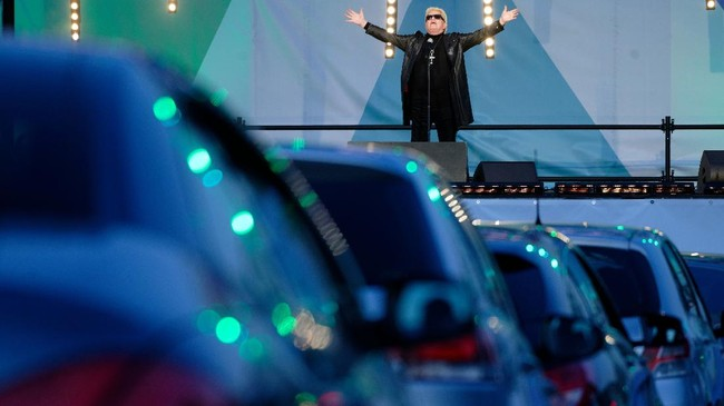 The singer Heino performs onstage at a car concert, Thursday, May 15, 2020, in Bonn, Germany. For the first time in his life, pop singer Heino performed in front of an audience in cars. (Henning Kaiser/dpa via AP)
