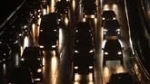 Sejumlah pengendara kendaraan bermotor mengalami kemacetan lalu lintas di Tol Dalam Kota, Kuningan, Jakarta, Senin (18/5/2020). Meski masa pembatasan sosial berskala besar (PSBB) masih berlangsung, kemacetan lalu lintas masih terjadi di Ibukota. ANTARA FOTO/Rifki N/app/pras.