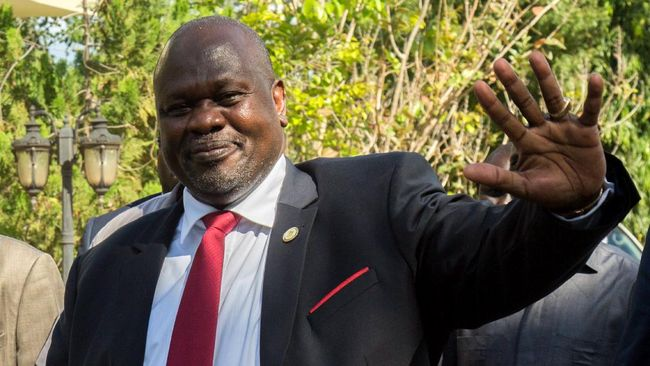 South sudan's ex-vice president and former rebel leader Riek Machar gestures as he arrives for a meeting with South Sudan's President Salva Kiir at the presidential office in Juba on October 19, 2019. - The 2018 peace agreement that has been delayed by disputes sets November 2019 as the deadline to form a power-sharing government in South Sudan. (Photo by Akuot Chol / AFP)
