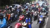 Sejumlah kendaraan terjebak kemacetan di Lenteng Agung, Jakarta, Jumat (15/5/2020). Direktorat Lalu Lintas (Ditlantas) Polda Metro Jaya menyatakan dalam beberapa hari terakhir mulai terjadi peningkatan volume kendaraan yang diduga karena banyak perkantoran yang sudah tidak menerapkan work from home (WFH). ANTARA FOTO/Akbar Nugroho Gumay/pras.