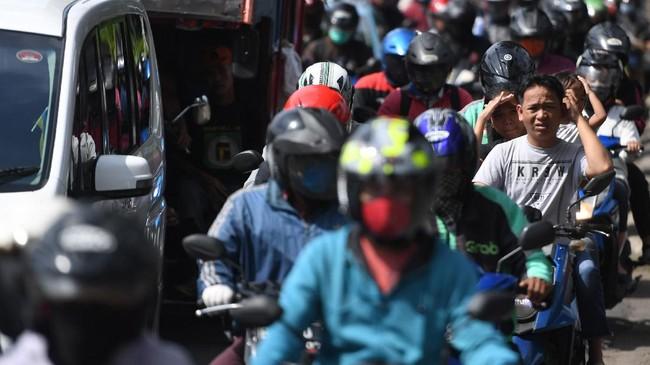 Sejumlah kendaraan terjebak kemacetan di Jalan Raya Pasar Minggu, Jakarta, Rabu (8/4/2020). Pemprov DKI Jakarta telah menetapkan masa sosialisasi penerapan aturan Pembatasan Sosial Berskala Besar (PSBB) selama dua hari yaitu 8-9 April 2020 sebelum menerapkan kebijakan tersebut secara penuh pada 10 April 2020. ANTARA FOTO/Akbar Nugroho Gumay/aww.