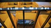 Sejumlah petugas mencoba fasilitas isolasi sementara penangangan COVID-19 di Gedung Balai Latihan Kesenian Tanah Abang, Jakarta Pusat, Minggu (17/5/2020). Gedung tersebut akan digunakan sebagai tempat isolasi sementara bagi warga yang hasil tes cepatnya (rapid test) reaktif. ANTARA FOTO/Sigid Kurniawan/aww.