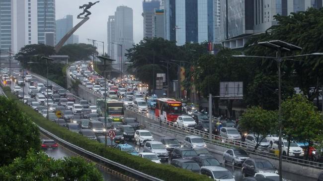 Sejumlah pengendara kendaraan bermotor mengalami kemacetan lalu lintas di Tol Dalam Kota dan Jalan MT Haryono, Pancoran, Jakarta, Senin (18/5/2020). Meski masa pembatasan sosial berskala besar (PSBB) masih berlangsung, kemacetan lalu lintas masih terjadi di Ibukota. ANTARA FOTO/Rifki N/app/pras.