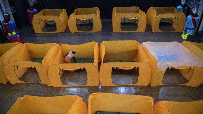 Petugas merapikan fasilitas lokasi isolasi sementara penangangan COVID-19 di Gedung Balai Latihan Kesenian Tanah Abang, Jakarta Pusat, Minggu (17/5/2020). Gedung tersebut akan digunakan sebagai tempat isolasi sementara bagi warga yang hasil tes cepatnya (rapid test) reaktif. ANTARA FOTO/Sigid Kurniawan/aww.