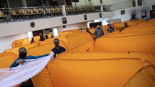 Gubernur DKI Jakarta Anies Baswedan (kedua kiri) didampingi Wali Kota Jakarta Pusat Bayu Meghantara (kiri) meninjau kesiapan lokasi isolasi sementara penangangan COVID-19 di Gedung Balai Latihan Kesenian Tanah Abang, Jakarta Pusat, Minggu (17/5/2020). Gedung tersebut akan digunakan sebagai tempat isolasi sementara bagi warga yang hasil tes cepatnya (rapid test) reaktif. ANTARA FOTO/Sigid Kurniawan/aww.