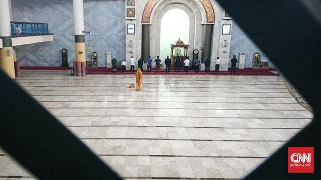 Suasana sepi Masjid Raya Bandung, Jawa Barat di tengah pandemi virus corona pada Sabtu (16/5)