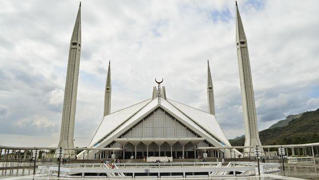 Di samping kisahnya yang memilukan, masjid ini sangatlah indah, salah satunya karena berada di kaki Pegunungan Himalaya.