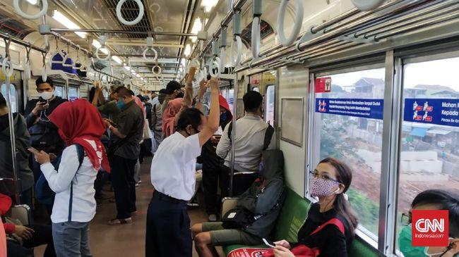 Suasana di dalam KRL rute Bogor-Jakarta Kota, Senin (18/5) pagi