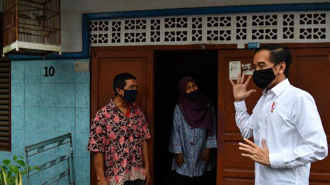Presiden Joko Widodo (kanan) berbincang dengan warga saat meninjau proses distribusi sembako tahap ketiga bagi masyarakat kurang mampu dan terdampak COVID-19 di kawasan Johar Baru, Jakarta Pusat, Senin (18/5/2020). ANTARA FOTO/Sigid Kurniawan/wsj.