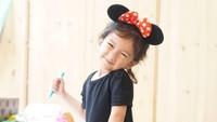 <p>Atiqah juga mendandani Sal dengan kostum tokoh Disney Minnie Mouse. Sal terlihat lucu ya, Bunda? (Foto: Instagram @atiqahhasiholan)</p>