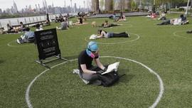 FOTO: Jaga Jarak Saat Berjemur di Taman New York