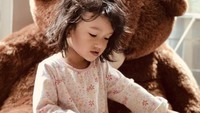 <p>Atiqah Hasiholan dan Rio Dewanto memiliki seorang putri bernama Salma Jihane Putri Dewanto. (Foto: Instagram @atiqahhasiholan)</p>