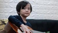 <p>Putra Anji, Saga Omar juga telah menunjukkan eksistensinya di dunia musik. Meski masih kecil, Saga bahkan sudah punya single sendiri yang berjudul Telur Dadar. (Foto: Instagram @sagaomarnagata)</p>