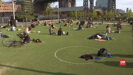 VIDEO: Dibatasi Lingkaran, Warga New York Berjemur di Taman