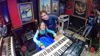 <p>Mengikuti jejak orang tua serta kakak-kakaknya, putri Ahmad Dhani dan Mulan Jameela, Safeea Ahmad sudah menunjukkan bakatnya di dunia musik nih sepertinya. (Foto: Instagram @ahmaddhaniofficial)</p>