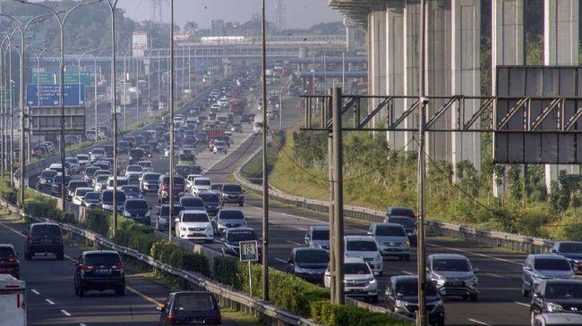 Sejumlah kendaraan memadati ruas jalan Tol Jagorawi, Cibubur, Jakarta Timur, Rabu (20/5/2020). Meski masa pembatasan sosial berskala besar (PSBB) masih berlangsung di Jakarta namun sejumlah warga dengan kendaraannya mulai memadati lalu lintas jalan tol serta Ibu kota. ANTARA FOTO/Yulius Satria Wijaya/foc.