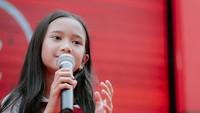 <p>Anak Baim dan Artika Sari Devi, Sarah Abiela juga sudah hobi bermusik sejak kecil lho. Dia memiliki suara yang bagus, Bunda. (Foto: Instagram @abbeyabiela)</p>