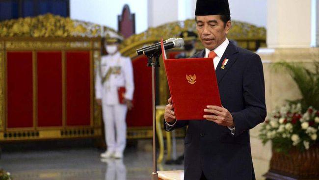 Sebanyak 53 tokoh mendapat tanda jasa dan tanda kehormatan dari Jokowi menjelang HUT ke-75 RI. Para tokoh yang menerima antara lain Fahri Hamzah dan Fadli Zon.