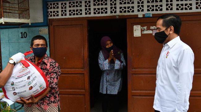 Presiden Joko Widodo (kanan) meninjau proses distribusi sembako tahap ketiga bagi masyarakat kurang mampu dan terdampak COVID-19 di kawasan Johar Baru, Jakarta Pusat, Senin (18/5/2020). ANTARA FOTO/Sigid Kurniawan/wsj.