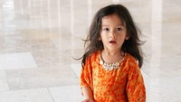 <p>Pakai blouse batik pun terkilat cute ya. Makin besar makin cantik deh. Semoga sehat selalu, Sal. (Foto: Instagram @atiqahhasiholan)</p>