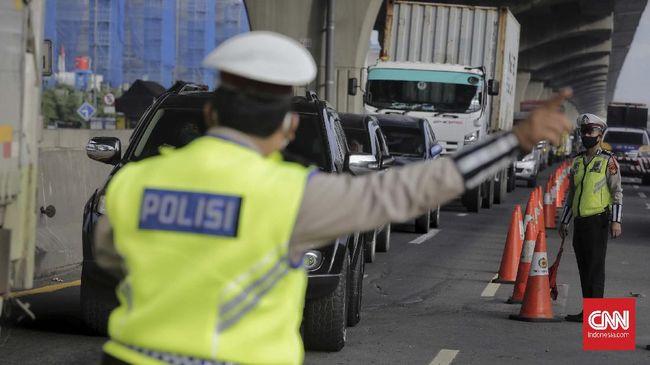 Sejumlah petugas kepolisian terlihat berjaga di kawasan tol Cikarang Barat, Bekasi, Jawa Barat, pada Kamis, 21 Mei 2020. CNNIndonesia/Adhi Wicaksono