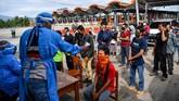 Petugas kesehatan memeriksa suhu tubuh pemudik yang melintas di pintu Tol Cipali Palimanan, Cirebon, Jawa Barat, Kamis (21/5/2020). Pemeriksaan tersebut sebagai upaya penyekatan gelombang pemudik jelang perayaan Hari Raya Idul Fitri 1441 H dari arah Jakarta menuju Jawa Tengah. ANTARA FOTO/Nova Wahyudi/nz