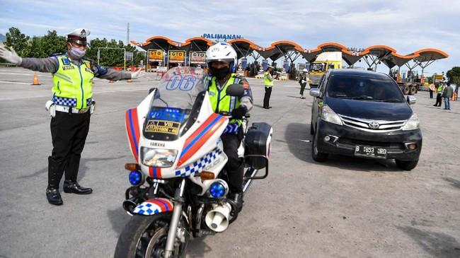 Petugas Polresta Cirebon mengarahkan kendaraan untuk putar arah kembali menuju Jakarta, di pintu Tol Cipali Palimanan, Cirebon, Jawa Barat, Kamis (21/5/2020). Pemeriksaan tersebut sebagai upaya penyekatan gelombang pemudik jelang perayaan Hari Raya Idul Fitri 1441 H dari arah Jakarta menuju Jawa Tengah. ANTARA FOTO/Nova Wahyudi/nz
