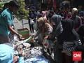 Polisi dan Satpol PP Kewalahan Tertibkan PKL di Jatinegara