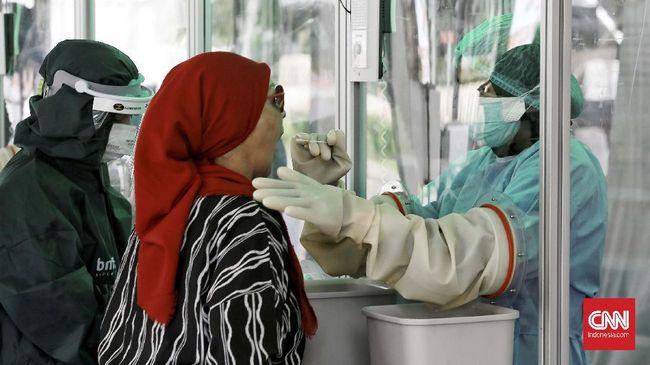 PT Bank Negara Indonesia (Persero) Tbk (Bank BNI) berkolaborasi dengan jaringan Rumah Sakit Bunda dan JSK Group menggelar swab test Covid-19 secara gratis untuk 30.000 orang di area parkir selatan GBK, Jakarta, Kamis (21/5/2020). CNN Indonesia/Andry Novelino