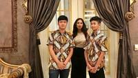 <p>Setuju ya, Bunda? Diah dan kedua putranya yang tampan terlihat kompak banget. (Foto: Instagram @diahpermatasari_d_p_s)</p>