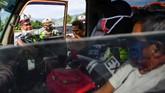 Petugas Polresta Cirebon memeriksa kendaraan yang melintas di pintu Tol Cipali Palimanan, Cirebon, Jawa Barat, Kamis (21/5/2020). Pemeriksaan tersebut sebagai upaya penyekatan gelombang pemudik jelang perayaan Hari Raya Idul Fitri 1441 H dari arah Jakarta menuju Jawa Tengah. ANTARA FOTO/Nova Wahyudi/nz