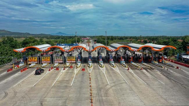 Kendaraan melintas di pintu Tol Cipali Palimanan, Cirebon, Jawa Barat, Kamis (21/5/2020). Menjelang Lebaran, salah satu titik kepadatan arus mudik di ruas tol Cikopo-Palimanan (Cipali) terpantau sepi dikarenakan adanya larangan mudik dari Pemerintah demi mencegah penyebaran wabah COVID-19. ANTARA FOTO/Nova Wahyudi/nz