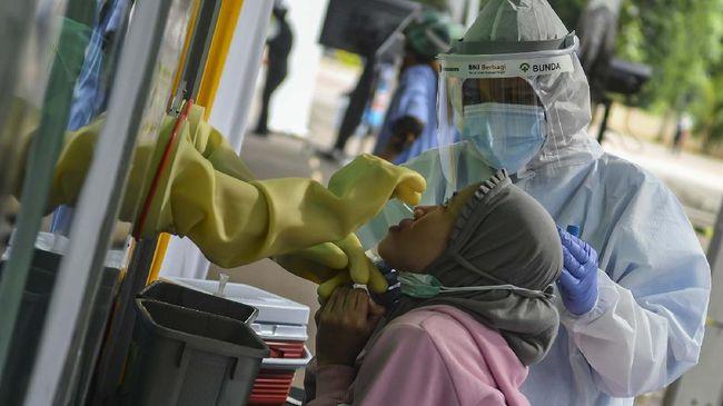Warga mengikuti test swab COVID-19 pada acara Program BNI Berbagi Swab Test gratis di Jakarta, Rabu (20/5/2020). BNI bekerja sama dengan jaringan Rumah Sakit Bunda dan JSK Group menggelar swab test COVID-19 secara gratis untuk 30.000 peserta. ANTARA FOTO/Muhammad Adimaja/aww.