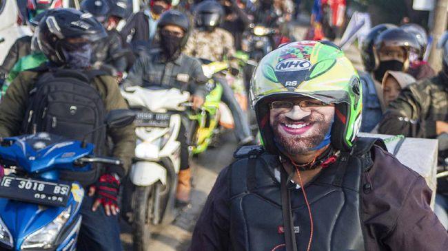 Sejumlah kendaraan memadati jalan menuju titik pemeriksaan pemudik di perbatasan Karawang-Bekasi, Jawa Barat, Jumat (22/5/2020). Pemeriksaan tersebut dilakukan untuk mengantisipasi gelombang pemudik yang akan melintasi jalur Pantura Karawang. ANTARA FOTO/M Ibnu Chazar/pras.