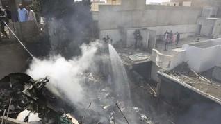 Pesawat Pakistan Jatuh di Karachi: 97 Meninggal, 2 Selamat