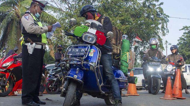 Polres Karawang menggeser posko penyekatan mudik di Tanjung Pura, untuk menghindari penerobosan oleh pengendara sepeda motor terulang.