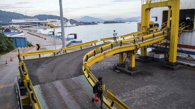 Arus penyeberangan di Pelabuhan Bakauheni terpantau lengang. Angkutan penyeberangan didominasi kendaraan truk yang mengangkut logistik.