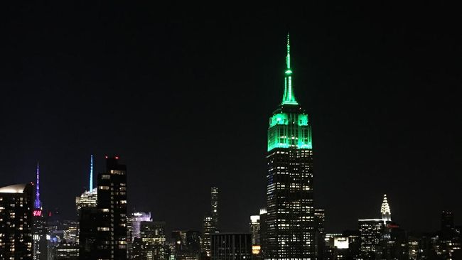 The Empire State Building lit green in honor of Eid al-Fitr, marking the end of fasting during the month-long Ramadan, in New York on July 6, 2016. (Photo by Brigitte DUSSEAU / AFP)
