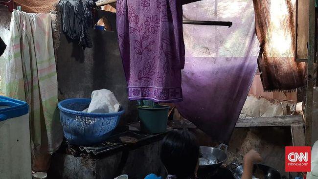 Lia Marliani (41) dan suaminya, Riki Rudianto (40) bersama empat anaknya  tinggal di rumah reyot yang tak jauh dari Kantor Bupati Pandeglang, Banten. Mereka tak mendapatkan bantuan dari pemerintah meski terdampak wabah Covid-19.
