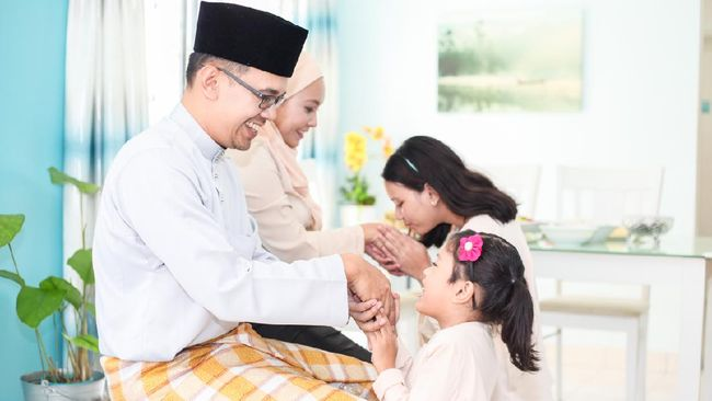 Children asking for forgiveness from their parents on Hari Raya Aidilfitri, a Malay tradition and culture in Malaysia.