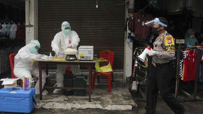 Petugas medis bersiap melakukan tes diagnostik cepat COVID-19 (Rapid Test) di Pasar Sore Manukan, Surabaya, Jawa Timur, Jumat (22/5/2020). Tes diagnostik cepat terhadap sejumlah pedagang di pasar itu guna mengetahui kondisi kesehatan mereka sebagai upaya untuk mencegah penyebaran virus Corona (COVID-19). ANTARA FOTO/Didik Suhartono/wsj.
