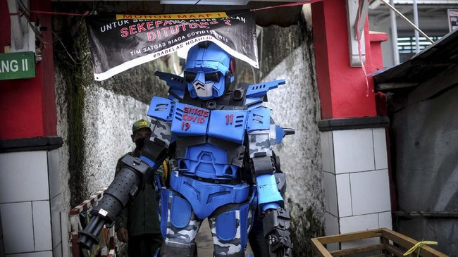 Robot Sikopit berpatroli di Sekepanjang, Cikutra, Bandung, Jawa Barat, Senin (4/5/2020).