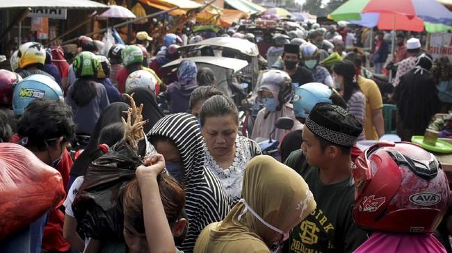 Warga memadati Pasar Terong di Makassar, Sulawesi Selatan, Sabtu (23/5/2020). Jelang Hari Raya Idul Fitri 1441 H, pasar tradisional di daerah itu ramai dikunjungi warga untuk berbelanja kebutuhan Lebaran meskipun di tengah wabah virus Corona atau COVID-19. ANTARA FOTO/Arnas Padda/yu/hp.