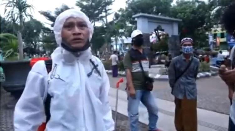 pria viral pakai APD teriak capek