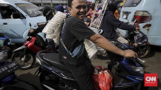 Warga memadati Pasar Pulogadung di tengah penerapan Pembatasan Sosial Berskala Besar (PSBB) di Jakarta, Sabtu, 23 Mei 2020. Meskipun dalam masa pandemi COVID-19, warga tetap ramai mengunjungi pusat perbelanjaan untuk memenuhi kebutuhan lebaran. Sebelumnya Gubernur DKI Jakarta Anies Baswedan memutuskan untuk melanjutkan PSBB tahap ketiga di DKI Jakarta yang dimulai 22 Mei hingga 4 Juni 2020 atau selama 14 hari ke depan untuk menekan tingkat penularan COVID-19. (CNNIndonesia/Adhi Wicaksono)